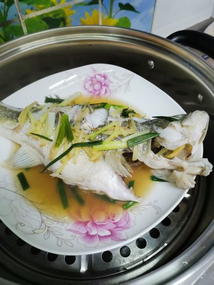 清蒸鲈鱼的做法 步骤2