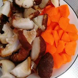 香菇玉米素蔬养生汤 没难度的做法 步骤1