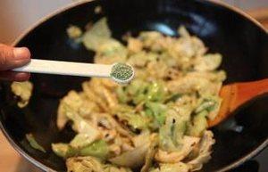 炝炒包心菜的做法 步骤8