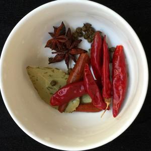 美味的家常菜:红烧猪蹄的做法 步骤3