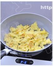 芹菜炒鸡蛋的做法 步骤4