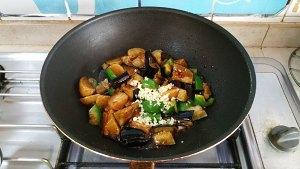 土豆烧茄子的做法 步骤10
