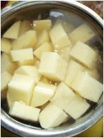 土豆炖翅根的做法 步骤1