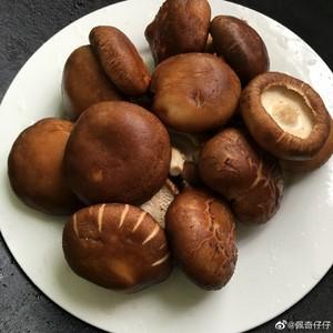 香菇炒辣椒的做法 步骤1