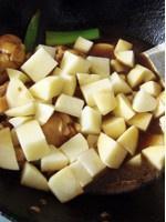 土豆炖翅根的做法 步骤7