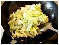 白菜炒木耳的做法 步骤3