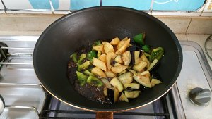 土豆烧茄子的做法 步骤8