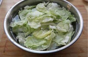 炝炒包心菜的做法 步骤2