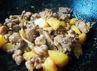 土豆焖鸭的做法 步骤6