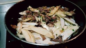 茭白炒肉的做法 步骤5