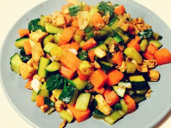 胡萝卜黄瓜鸡胸肉的做法