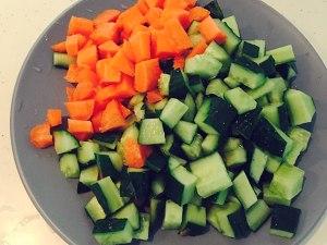 胡萝卜黄瓜鸡胸肉的做法 步骤2