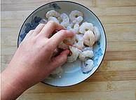 三色炒虾仁的做法 步骤3