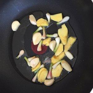 美味的家常菜:红烧猪蹄的做法 步骤4
