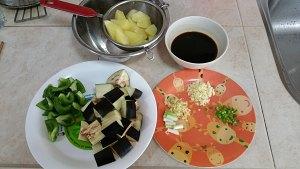 土豆烧茄子的做法 步骤1